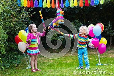 nios que golpean pinata en la fiesta de cumpleaos foto de archivo imagen with fiestas de cumpleaos nios