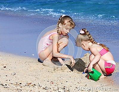 Niños que juegan en la playa.
