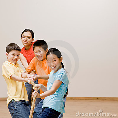 Niños que tiran en cuerda en esfuerzo supremo