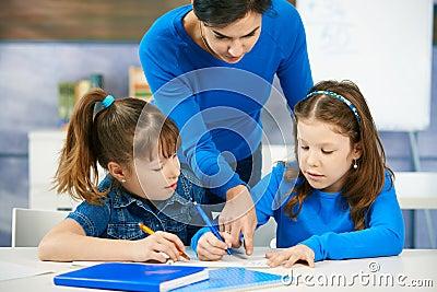 Niños y profesor en sala de clase