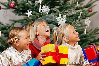 Noël - enfants avec des présents