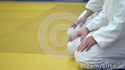 No quimono que senta-se no tatami das artes marciais vídeos de arquivo