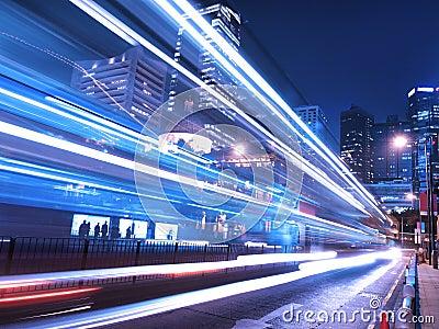 Noche del tráfico en ciudad asombrosa