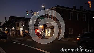 Noche que establece el tiro de la esquina americana típica de Main Street de la pequeña ciudad almacen de metraje de vídeo