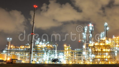 Nocy scena olej i fabryka chemikaliów - czasu upływ zbiory