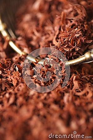 Noir du chocolat râpé par amende 100  dans le tamis