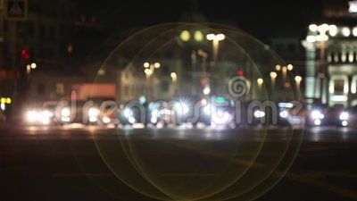 Noite na cidade Fora de foco com obscuro luzes unfocused da cidade Bokeh do tráfego Ruído da cidade video estoque