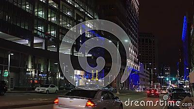 Noite que estabelece o tiro da avenida de Euclid em Cleveland do centro vídeos de arquivo