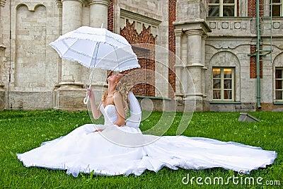 Imagem de Stock Royalty Free: Noiva com guarda-chuva branco. Imagem: 18690596