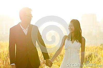 Noiva e noivo ao ar livre