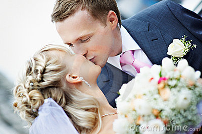 Noiva e noivo do beijo no casamento