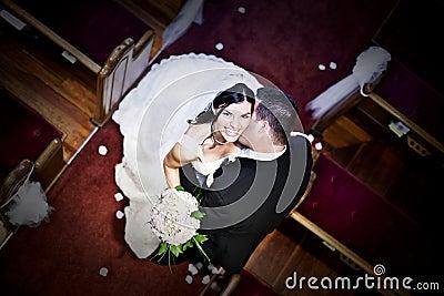 Noiva e noivo em uma igreja