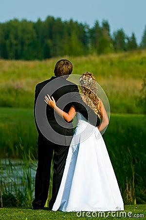 Noiva e noivo na lagoa