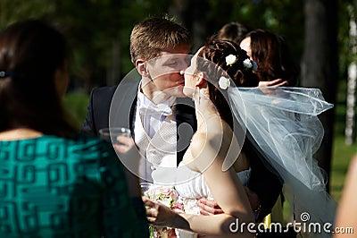 A noiva e o noivo românticos do beijo no casamento andam