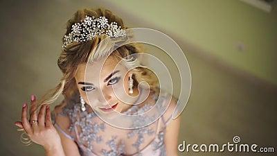 Noiva elegante bonita Acessórios à moda do cabelo Cabelo curly louro salão de beleza do cabeleireiro, estilista, à moda na moda filme