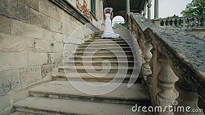 Noiva loura bonita no vestido de casamento branco video estoque
