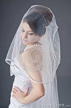 Noiva no vestido de casamento no estúdio