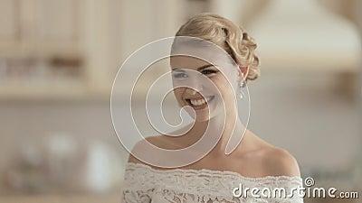 Noiva nova em rir do vestido de casamento do laço filme