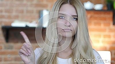 Non, ne permettant pas le geste en ondulant le doigt par la jeune fille clips vidéos