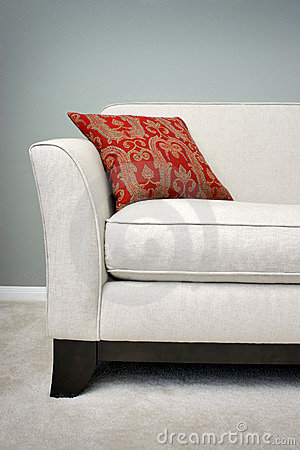 κόκκινος καναπές μαξιλαριών