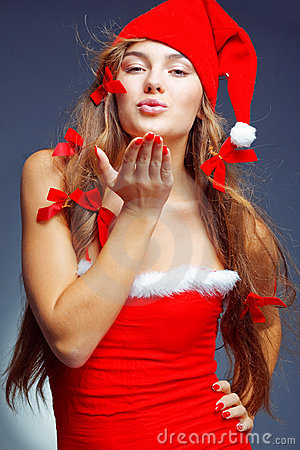 亲吻圣诞老人的女孩辅助工