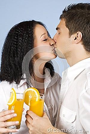 庆祝亲吻桔子的夫妇新鲜的汁液