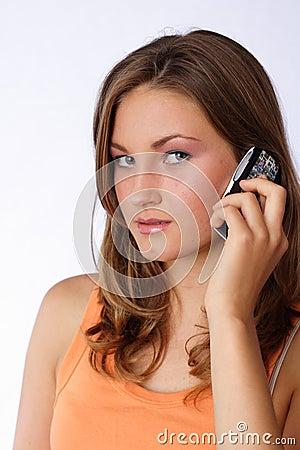 беседуя телефон