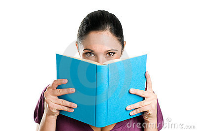 за чтением книги пряча