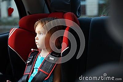 автоматическое место ребенка малолитражного автомобиля