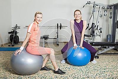 Δύο νέες γυναίκες στη γυμναστική