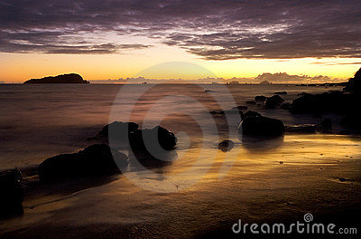 在日出的海洋