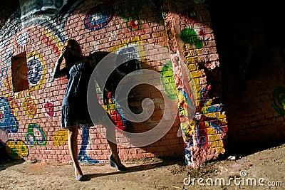 女孩街道画墙壁