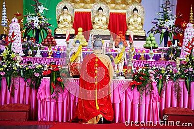 ο μοναχός προσεύχεται