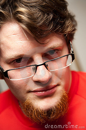 бородатый человек стекел