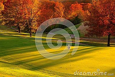 заход солнца гольфа курса