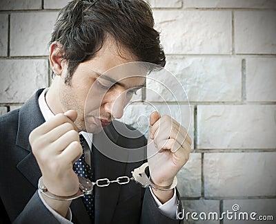 надевает наручники менеджер