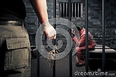 卫兵锁上监狱