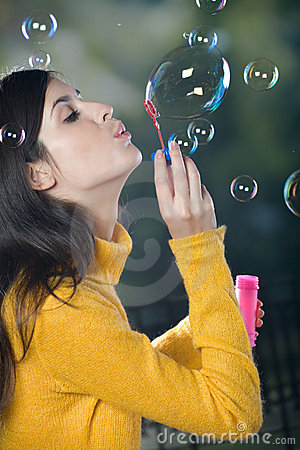 新吹的泡影的妇女