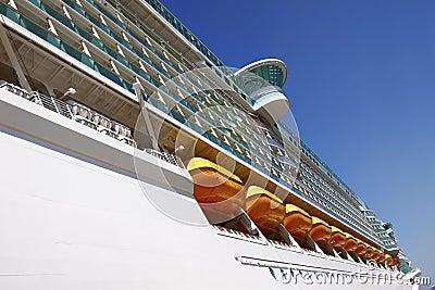 абстрактное туристическое судно