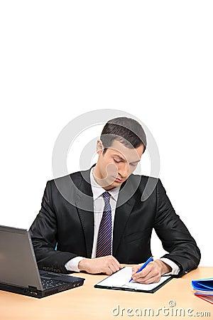 Επιχειρηματίας που υπογράφει ένα έγγραφο στο γραφείο