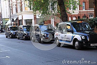 μαύρο αμάξι Λονδίνο Εκδοτική Στοκ Εικόνες