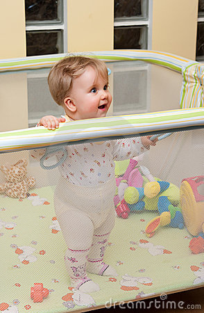 女婴幼儿围栏立场