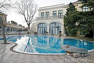 合并游泳别墅