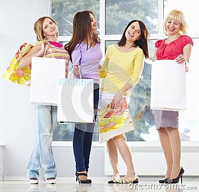 成人袋子愉快的购物年轻人