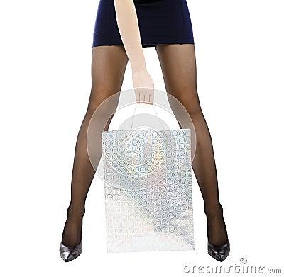 женщина нося покупкы мешка