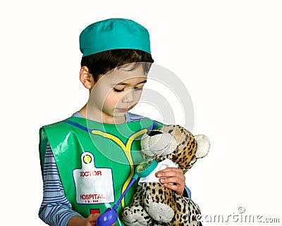 как доктор мальчика одевая вверх детенышей