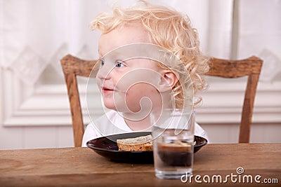 мальчик есть детенышей обеда