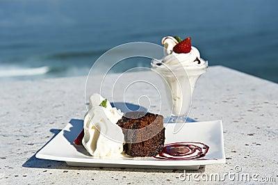 温暖巧克力奶油色冰的布丁