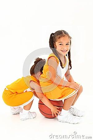 在学龄前小组白色的篮球伙伴