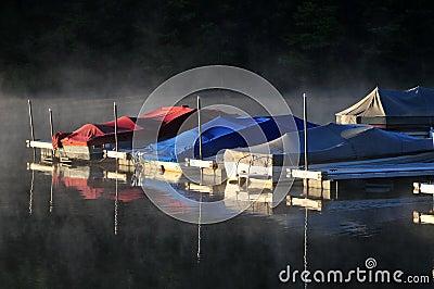 小船薄雾早晨
